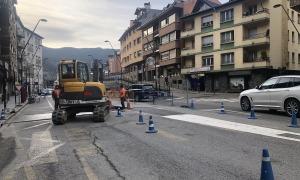 Operaris treballant en la construcció de la rotonda.