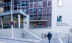 Façana de l'edifici administratiu de l'Obac, seu del departament d'Immigració.