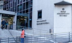 L'entrada a l'edifici del Servei d'Immigració.
