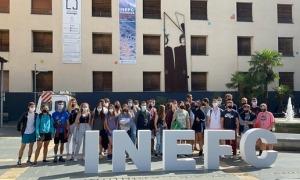 Imatge dels 40 alumnes a l'exterior del centre cultural Les Monges.