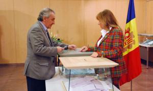 Jaume Bartumeu votant, amb la cònsol major, Conxita Marsol.