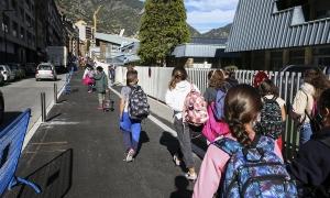 Alumnes sortint del centre.