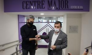 Josep Majoral entrega les claus del centre de dia al director de la Creu Roja, Jordi Fernández.