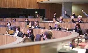 Els consellers de la majoria parlamentària en una votació a mà alçada.