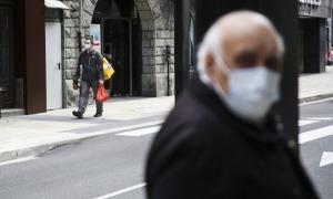 Dues persones al carrer protegides amb mascareta.