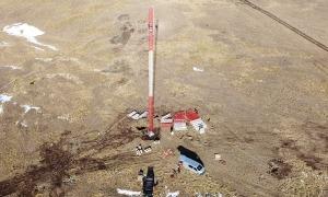 La instal·lació del màstil de mesures al pic del Maià.