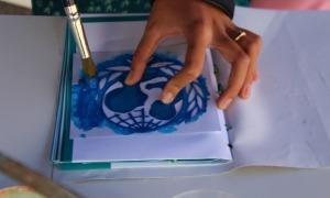 Una persona participant en un dels tallers organitzats en la jornada 'Pay what you wish'.