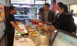 Enric Tarrado i Marc Pons han visitat avui diversos comerços.