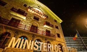 El ministeri de Cultura il·luminat de groc.
