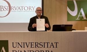 El rector de l'UdA, Miquel Nicolau, amb el document signat.