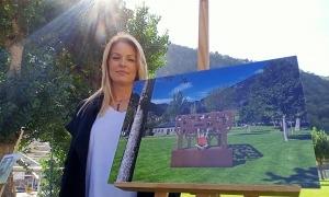 Nerea Aixàs posa amb el projecte amb què s'ha endut el concurs d'escultura en homenatge als voluntaris.