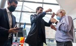 El conseller de Cultura, Guillem Forné, imposa la medalla de Fill Predilecte a Jan, ahir al Museu del Còmic.