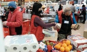 Un moment de la recollida de productes als supermercats aquest cap de setmana.