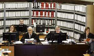 La secretària judicial i els tres membres del tribunal Jacques Richiardi, Enric Anglada i Concepció Barón.