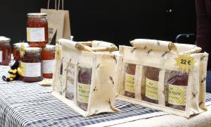 Productes exposats amb el preu indicat en una etiqueta.