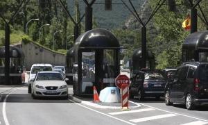 Els vehicles procedents d'Espanya van anar entrant de manera esglaonada al país, ahir al matí.