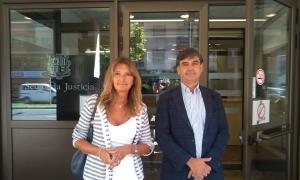 La presidenta de l'Institut de Drets Humans, Elisa Muxella, i el jurista de Drets, Agustí Carles, ahir a la Seu de la Justícia.