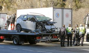El turisme amb els dos ocupants va travessar els dos carrils de direcció contrària fins que va impactar contra un camió estacionat.