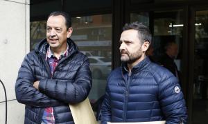El president de l'ABA, Joan Torra, i el de l'A-118, Miquel Àngel Adrán ahir davant la Batllia.