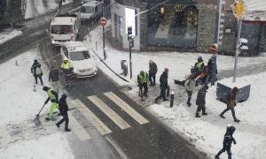 La neu va fer acte de presència a la capital durant tota la jornada d'ahir, una imatge que es repetirà els pròxims dies.