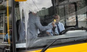 Un dels vehicles que cobreix la línia del Bus Exprés amb la tecnologia instal·lada per FEDA.