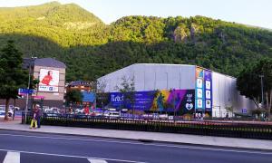 L'envelat a l'aparcament del parc Central ja està a punt per a l'inici de les representacions del Cirque du Soleil.