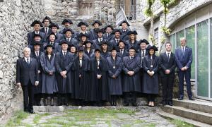 Els 28 parlamentaris després de la sessió constitutiva del Consell General en la tradicional fotografia a les escales de Casa de la Vall.