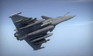 Un avió de combat de la família Rafale, produït per l'empresa francesa Dassault.