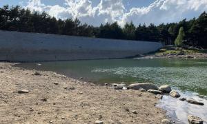 Estat del llac d'Engolasters ahir, pràcticament buit arran de l'activitat aquàtica a Sant Julià de Lòria, segons explica FEDA.