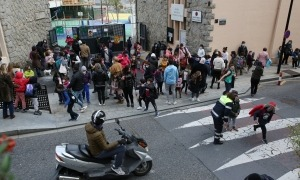 Alumnes sortint de l'escola francesa de Ciutat de Valls ahir a la tarda.