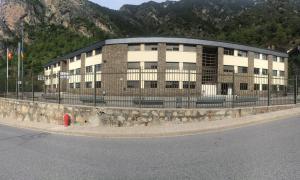 Queixes dels pares per un inici de curs caòtic a l'Institut Espanyol