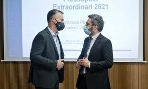 El ministre de Finances, Eric Jover, amb el conseller general liberal Ferran Costa abans de l'inici de la compareixença.