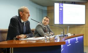 Álvarez acompanyat del secretari d'Estat de Salut, Joan León, ahir.