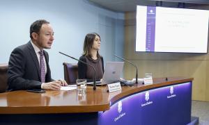 El ministre Xavier Espot, i la tècnica del servei d'atenció i mediació prop de l'administració de la justícia, Loli Terrón, ahir.