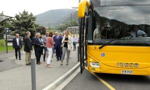 Calvó, acompanyada d'altres membres del Govern i els representants de les dues operadores, abans d'agafar el Bus Exprés, ahir.