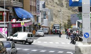 Visitants al carrer de les Abelletes del Pas de la Casa.