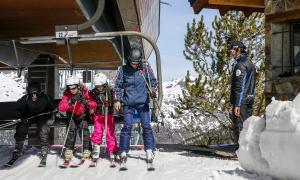 Un professional de les estacions d'esquí treballant en un remuntador.