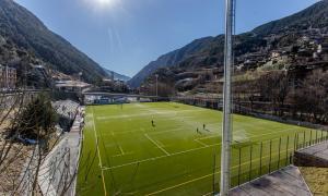 Vista de les instal·lacions actuals del camp de futbol de Prada de Moles on juga l'FC Andorra.