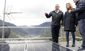 La ministra de Medi Ambient, Agricultura i Sostenibilitat i el director de FEDA en la primera instal·lació fotovoltaica que funciona amb autoconsum.