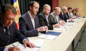 Govern, comuns i FEDA van signar ahir el conveni que dona el tret de sortida a aquesta plataforma integrada de mobilitat multimodel.