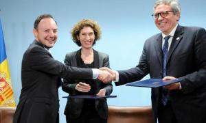 Moment de la signatura del protocol entre el Govern i Sant Egidi.