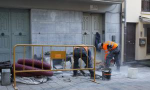Treballadors de la construcció en un carrer d'Andorra la Vella.