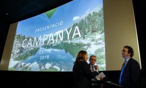 Camp conversa amb els responsables d'Andorra Turisme abans de la presentació de la campanya d'estiu.