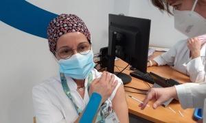 L'auxiliar d'infermeria Marisa López, en el moment de vacunar-se.