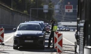 Controls policials als vehicles que volen accedir a Andorra per la frontera espanyola.