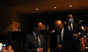 El cap de Govern, Xavier Espot, conversa amb el president de la Cambra, Josep Maria Mas, al Centre de Congressos.