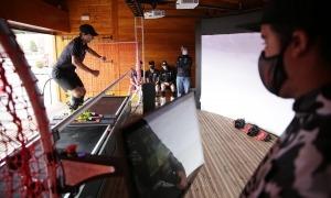 Un jove de la FAE provant el nou simulador d'esquí.