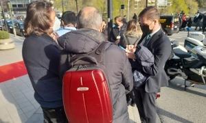 Periodistes espanyols a l'entrada de l'edifici administratiu de Govern, ahir.
