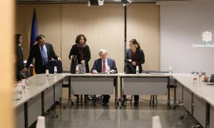 L'ambaixador i la negociadora de la UE, durant la trobada que van mantenir amb els sindicats la setmana passada.