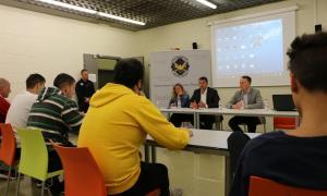 Un moment de la trobada de Gallardo, Costa i López amb els interns.